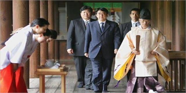 Japonya Başbakanı Abeden tartışmalı tapınağa adak 28